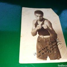 Coleccionismo deportivo: ANTIGUA FOTO DE UN BOXEADOR DE LOS AÑOS 40 CON FIRMA Y DEDICATORIA. Lote 130613750