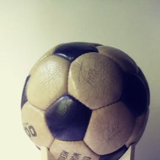 Coleccionismo deportivo: BALON PROFESIONAL CON FIRMAS DE LOS JUGADORES DEL CLUB DE FÚTBOL BARCELONA TEMPORADA 1973/74. Lote 133806070