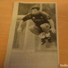 Coleccionismo deportivo: FUTBOL RECORTE DE PERIODICO DEPORTIVO FIGO (FC BARCELONA). Lote 143723786