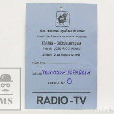 Coleccionismo deportivo: ACREDITACIÓN TVE / PRENSA- ESPAÑA / CHECOSLOVAQUIA - ALICANTE, 1990 -REAL FEDERACIÓN ESPAÑOLA FÚTBOL. Lote 147180390