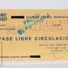 Coleccionismo deportivo: PASE DE LIBRE CIRCULACIÓN - CLUB FÚTBOL BARCELONA / REAL MADRID. PALAU BLAU-GRANA - AÑO 1973. Lote 147186774