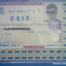 Coleccionismo deportivo: REAL MADRID TARJETA PASE EN FAVOR DE RAYO VALLECANO JUGADOR FUTBOL TEMPORADA 1966 67 . Lote 149210830