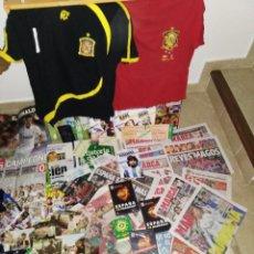 Coleccionismo deportivo: GRAN LOTE FÚTBOL ESPAÑOL Y SELECCIÓN ESPAÑOLA. DVDS, MARCAS,AS, LIBROS, CAMISETAS CONMEMORATIVAS..... Lote 155682442