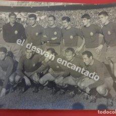 Coleccionismo deportivo: SELECCION ESPAÑOLA DE FUTBOL. FOTO ORIGINAL 30 X 24 CTMS. ESPAÑA-RUMANÍA. BERNABEU 1 NOV. 1962. Lote 170976953