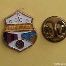 Coleccionismo deportivo: PIN FUTBOL - ESCUDO EQUIPO DE FUTBOL - C.D. FERRERIES - BALEARES. Lote 206171492