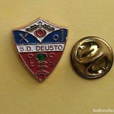 Coleccionismo deportivo: PIN FUTBOL - ESCUDO EQUIPO DE FUTBOL - S.D. DEUSTO - DEUSTO - VIZCAYA. Lote 206171572