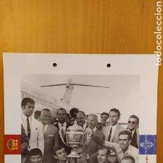 Coleccionismo deportivo: LÁMINA LA FINAL DE LAS BOTELLAS 1968 COLECCIÓN EL GRAN LIBRO DEL BARÇA DE LA VANGUARDIA FC BARCELONA. Lote 213122758