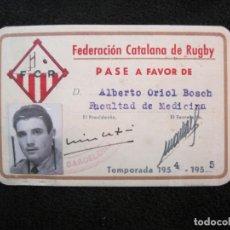 Coleccionismo deportivo: FEDERACION CATALANA DE RUGBY-CARNET PASE A FAVOR-AÑO 1954 1955-VER FOTOS-(77.536). Lote 240926495