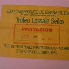 Coleccionismo deportivo: INVITACION AL LXXVI CAMPEONATO DE ESPAÑA DE TENIS. CLUB DE TENIS HOTEL PUENTE ROMANO, MARBELLA 1984.. Lote 266389763