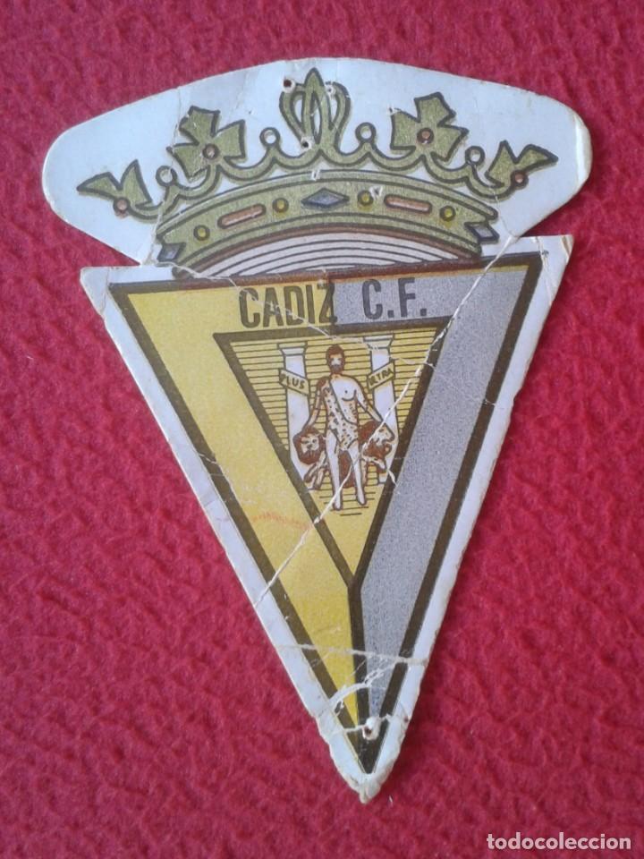 ANTIGUO ESCUDO TROQUELADO CARTÓN TICKET O SIMIL SALA DE BINGO CÁDIZ C.F. FÚTBOL SALÓN CANTÁBRICO.... (Coleccionismo Deportivo - Documentos de Deportes - Otros)