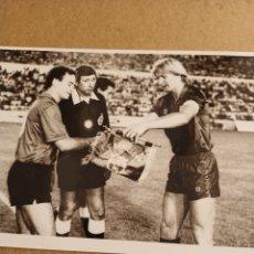 Coleccionismo deportivo: FOTOGRAFIA BERN SCHUSTER, F.C. BARCELONA, AÑO 1986. Lote 277464573