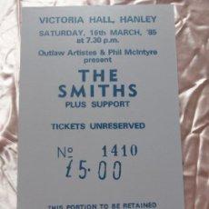 Entradas de Conciertos: ENTRADA THE SMITHS VICTORIA HALL HANLEY 1985 REALIZADA SOBRE MADERA-PIEZA ARTÍSTICA DE EXPOSICIÓN. Lote 208386340