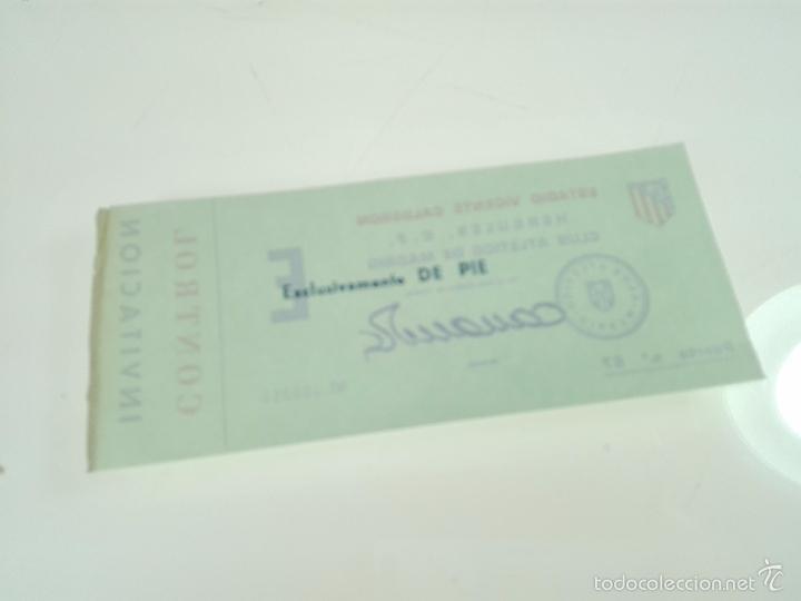 Coleccionismo deportivo: ANTIGUA ENTRADA INVITACIÓN ATLÉTICO DE MADRID - CONTRA HÉRCULES C.F. - FIRMADA POR EL GERENTE - - Foto 2 - 56159381