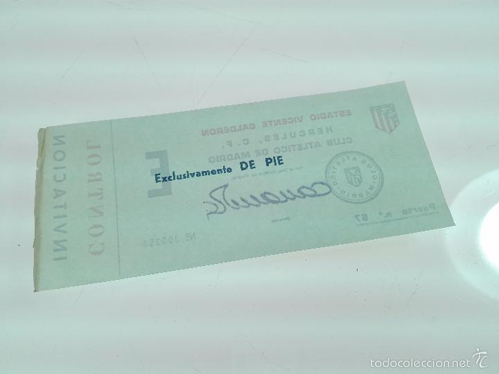 Coleccionismo deportivo: ANTIGUA ENTRADA INVITACIÓN ATLÉTICO DE MADRID - CONTRA HÉRCULES C.F. - FIRMADA POR EL GERENTE - - Foto 3 - 56159381