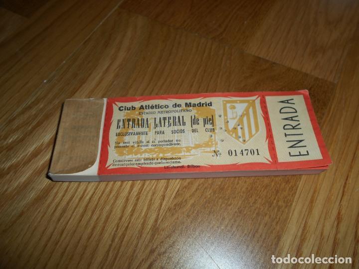 Coleccionismo deportivo: TACO 100 ENTRADAS SEGUIDAS FÚTBOL CLUB ATLÉTICO DE MADRID CAMPO METROPOLITANO SOCIO LATERAL DE PIE - Foto 2 - 62563308