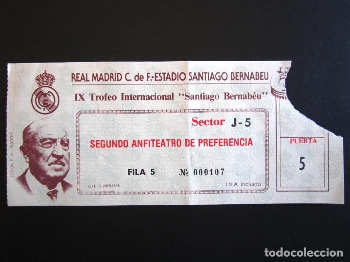 ENTRADA FÚTBOL. IX TROFEO INTERNACIONAL SANTIAGO BERNABEU. (Coleccionismo Deportivo - Documentos de Deportes - Entradas de Fútbol)