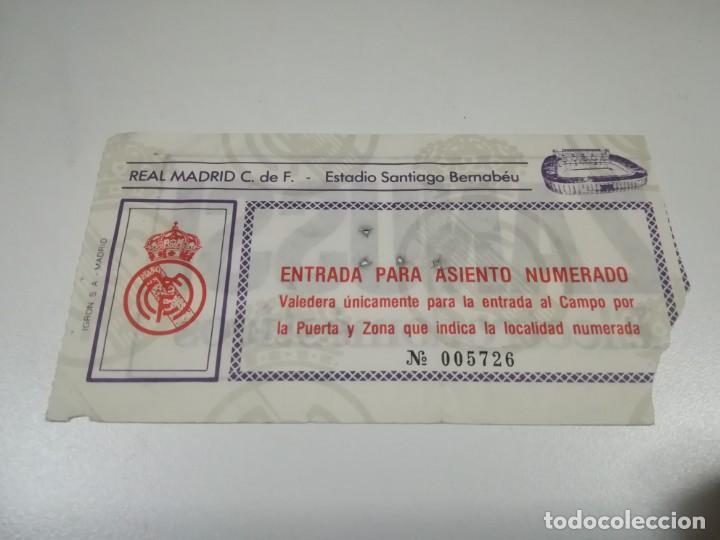 ENTRADA PARTIDO DEL REAL MADRID EN EL SANTIAGO BERNABEU. TEMPORADA 84/85. (Coleccionismo Deportivo - Documentos de Deportes - Entradas de Fútbol)