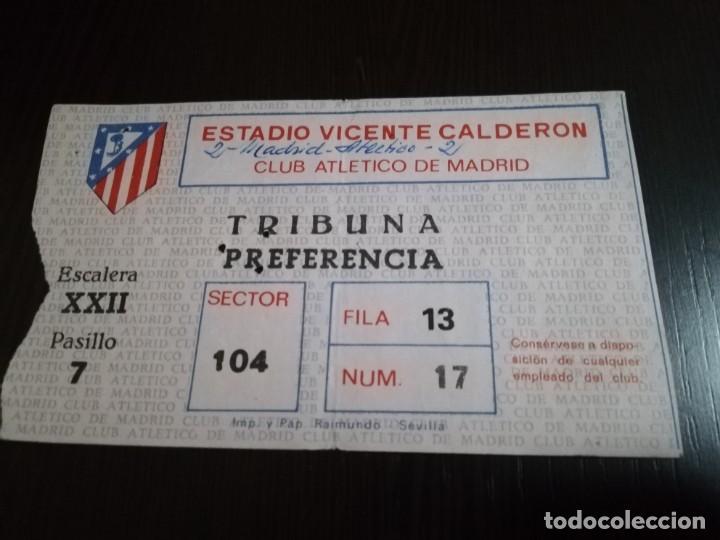 ENTRADA PARTIDO ATLETICO DE MADRID - REAL MADRID EN EL VICENTE CALDERÓN. AÑOS 80. (Coleccionismo Deportivo - Documentos de Deportes - Entradas de Fútbol)