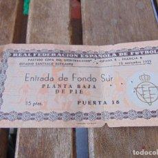 Coleccionismo deportivo: ENTARDA DE FUTBOL AÑO 1955 REAL FEDERACION ESPAÑOLA 10 NOVIEMBRE ESPAÑA B FRANCIA SANTIAGO BERNABEU. Lote 147127090