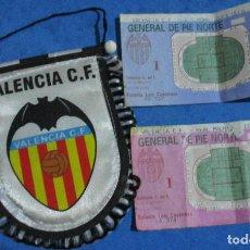 Coleccionismo deportivo: LOTE 3 ENTRADAS FÚTBOL VALENCIA CF, MESTALLA, REAL MADRID, BARCELONA, UEFA ROMA, 1990-93 + BANDERÍN. Lote 152838562