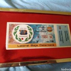 Coleccionismo deportivo: ENTRADA FUTBOL 75 ANIVERSARIO F C BARCELONA..ESTAPEGADA SOBRE SUPERFICIE ROJA..LLEVA MARCO PARA COLG. Lote 165719317