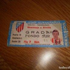 Coleccionismo deportivo: ENTRADA DE FÚTBOL. HOMENAJE A RIVILLA. SANTOS F.C.- CLUB ATLÉTICO DE MADRID. ESTADIO MANZANARES. Lote 166056674