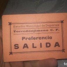 Coleccionismo deportivo: RARA ENTRADA DE FUTBOL ESTADIO MUNICIPAL DE DEPORTES TORREDONJIMENO C.F. POR DETRAS CERVEZA ALCAZAR. Lote 195193157