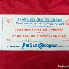 Coleccionismo deportivo: RARA ENTRADA FUTBOL E. M. EL ARCANGEL, CÓRDOBA - P. CONSTRUCTORES CONTRA ARQUITECTOS Y APAR. AÑOS 70. Lote 195332136