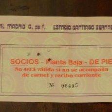 Coleccionismo deportivo: ENTRADA DE FUTBOL DEL REAL MADRID C.F. ESTADIO SANTIAGO BERNABEU, AÑOS 80, ED. IGRON, REVERSO PARMAL. Lote 220944243