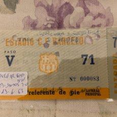 Coleccionismo deportivo: ENRADA BARCELONA-SANTOS CON PELE 13-6-1963 ESCRITO RESULTADO EN PARTE POSTERIOR 2-0 MARCARON PEREDA. Lote 222407423