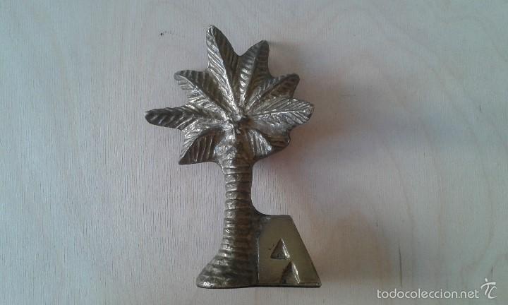 Escribanía: Pisapapeles -- Metal dorado -- Palmera y letra A de Alicante -- - Foto 2 - 60771543