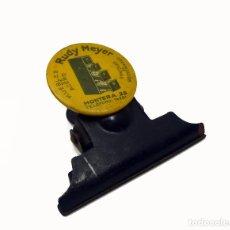 Escribanía: PINZA PARA SUJETAR PAPEL EN METAL PUBLICIDAD RUDY MEYER-D'OR PRIMERA MITAD S.XX. Lote 100750655