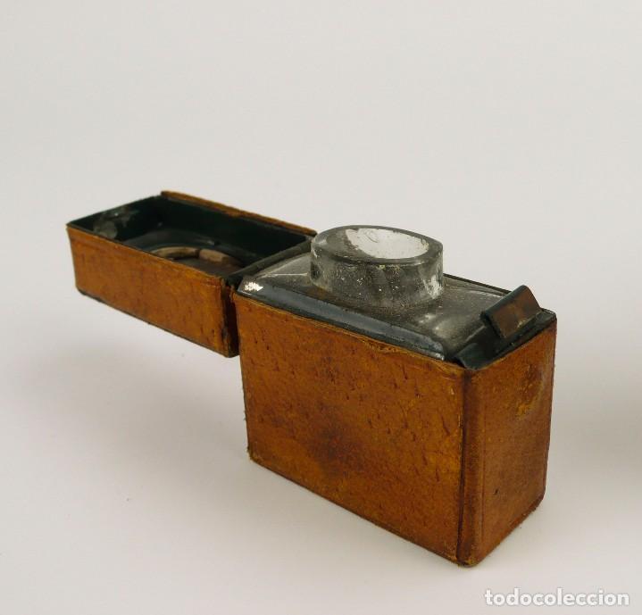 Escribanía: Dos tinteros de viaje en metal, vidrio y forrados de cuero - Principios S.XX - Foto 2 - 106779003
