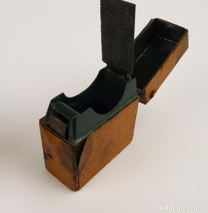 Escribanía: Dos tinteros de viaje en metal, vidrio y forrados de cuero - Principios S.XX - Foto 3 - 106779003