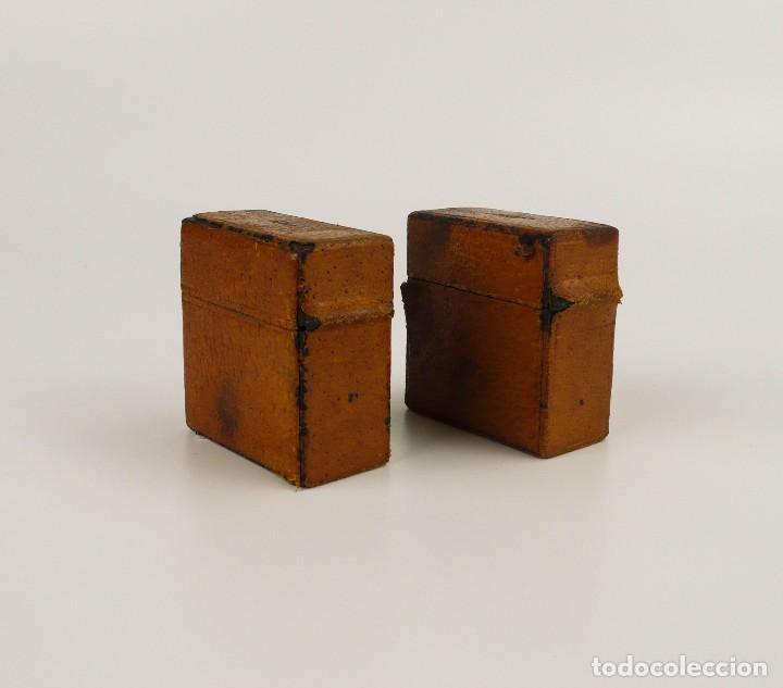 Escribanía: Dos tinteros de viaje en metal, vidrio y forrados de cuero - Principios S.XX - Foto 6 - 106779003