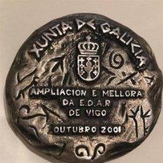 Escribanía: XUNTA DE GALICIA. AMPLIACIÓN E MOLLORA DE E.D.A.P DE VIGO GALICIA. MEDALLÓN PISAPAPELES . Lote 118590547