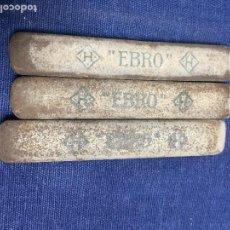 Escribanía: CONJUNTO DE TRES GOMAS DE BORRAR MARCA EBRO SPECIAL OBLONG TYPEWRITER ERASER ALARGADAS 8,8X1,4CMS. Lote 122299655