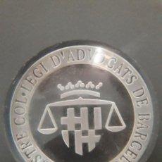 Escribanía: PISAPAPELES CON EL ESCUDO / IL.LUSTRE COL.LEGI D'ADVOCATS DE BARCELONA. Lote 130400934