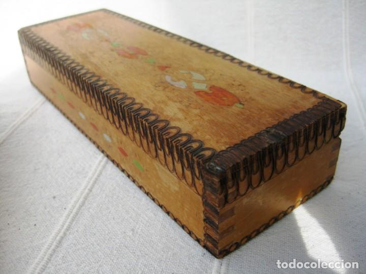 PLUMIER DE MADERA DECORADO, MADERA SANA 21 X 7 X 4 CMS. (Plumas Estilográficas, Bolígrafos y Plumillas - Plumillas y Otros Elementos de Escribanía)