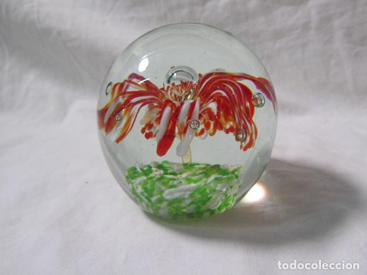 Escribanía: Pisapapeles de vidrio o cristal con flor interior. 8 cm de altura - Foto 2 - 137862502