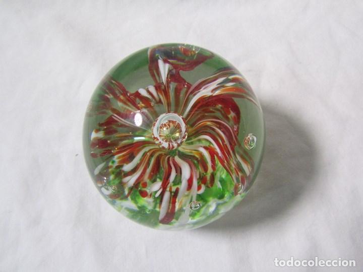 Escribanía: Pisapapeles de vidrio o cristal con flor interior. 8 cm de altura - Foto 3 - 137862502