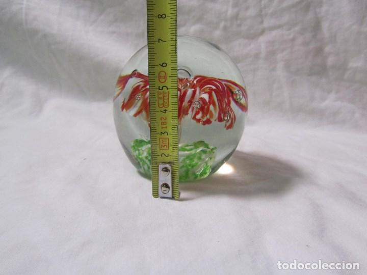 Escribanía: Pisapapeles de vidrio o cristal con flor interior. 8 cm de altura - Foto 4 - 137862502