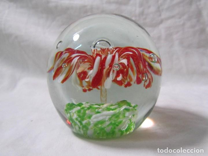 Escribanía: Pisapapeles de vidrio o cristal con flor interior. 8 cm de altura - Foto 5 - 137862502