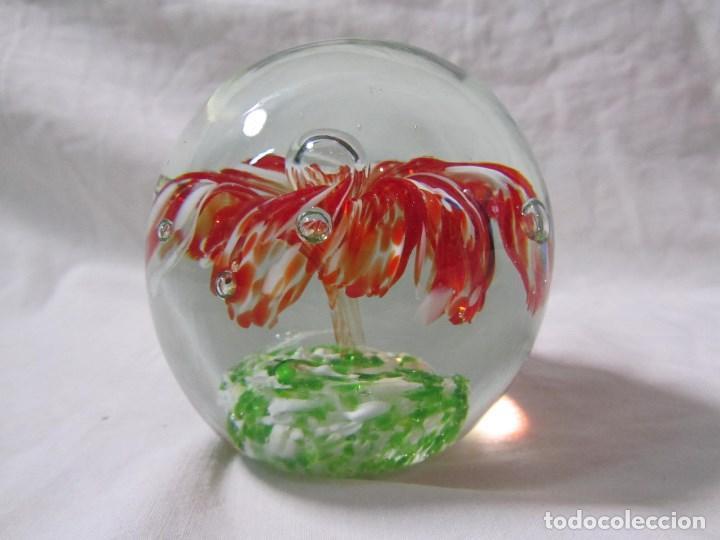 Escribanía: Pisapapeles de vidrio o cristal con flor interior. 8 cm de altura - Foto 6 - 137862502