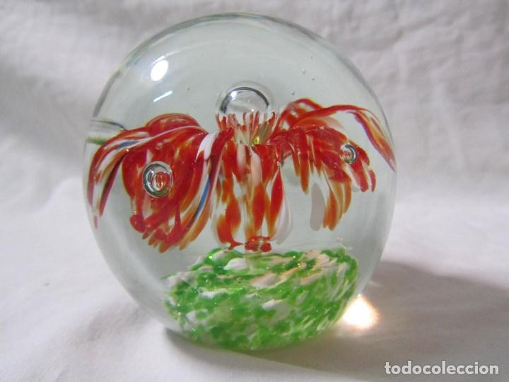 Escribanía: Pisapapeles de vidrio o cristal con flor interior. 8 cm de altura - Foto 7 - 137862502