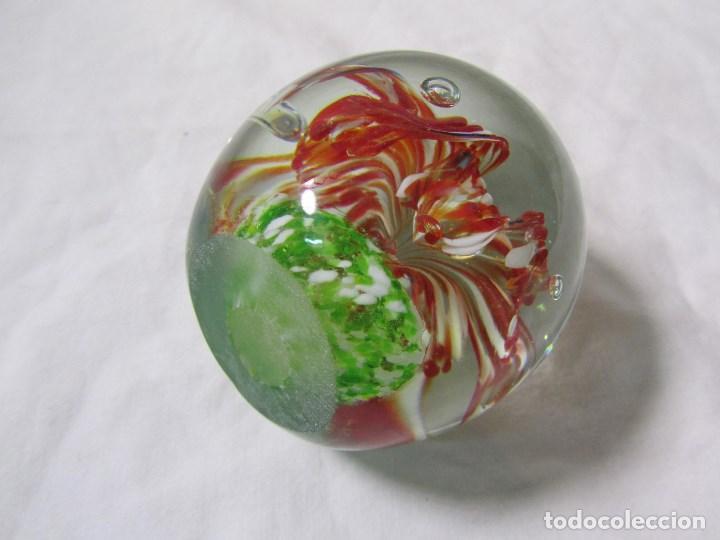 Escribanía: Pisapapeles de vidrio o cristal con flor interior. 8 cm de altura - Foto 8 - 137862502