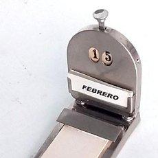 Escribanía: ANTIGUO CALENDARIO METÁLICO DE ESCRITORIO, EN FUNCIONAMIENTO. Lote 146031630