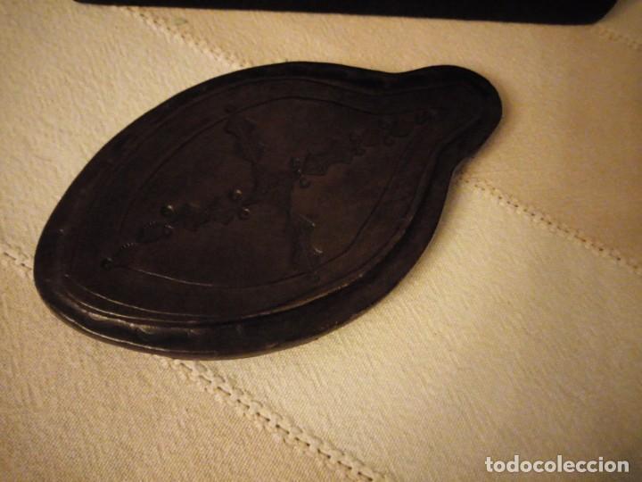 Escribanía: Antiguo juego de caja y pisador de sellos para escribania ,madera forrado con cuero.siglo xx - Foto 2 - 151645774