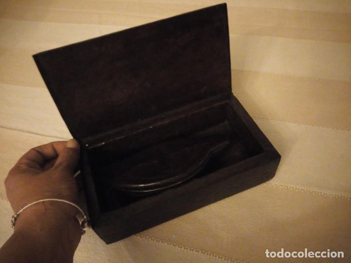 Escribanía: Antiguo juego de caja y pisador de sellos para escribania ,madera forrado con cuero.siglo xx - Foto 8 - 151645774