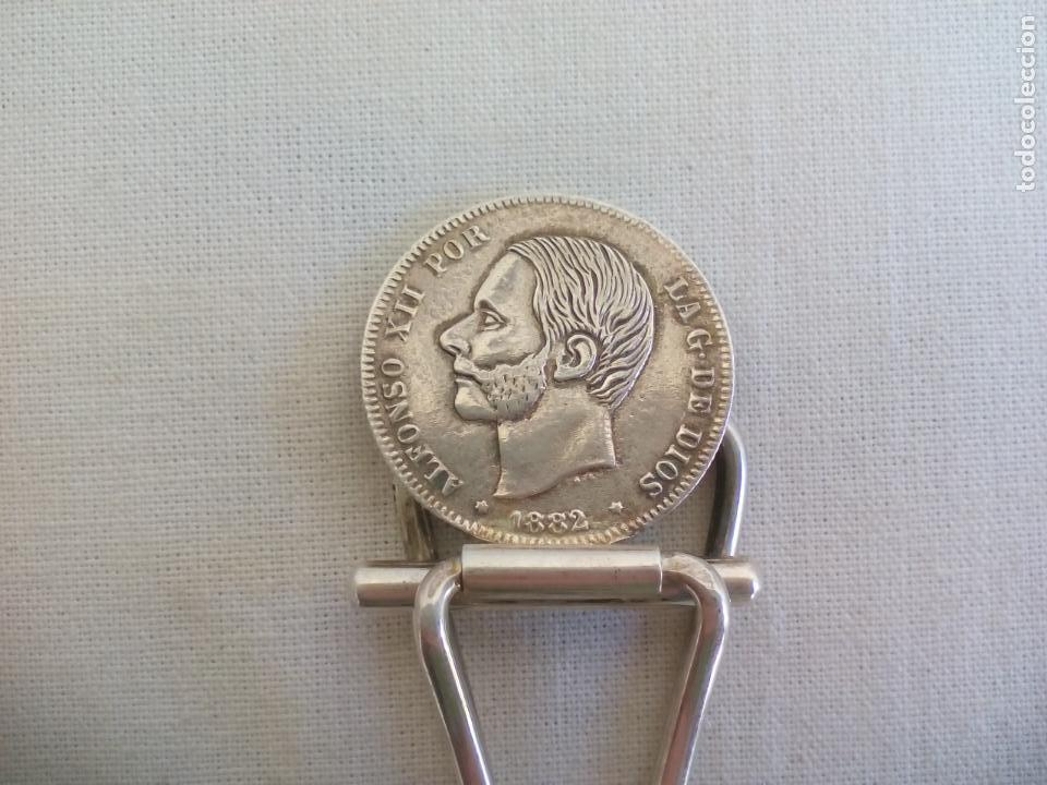 Escribanía: PINZAS DE PLATA CON MONEDA DE 2 PESTAS DE 1882. CLIP PORTABILLETES, SUJETA BILLETES, PAPEL.. - Foto 3 - 153646654